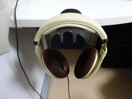 K&M 16090 ヘッドホンホルダーにヘッドホンを掛けた様子(正面)