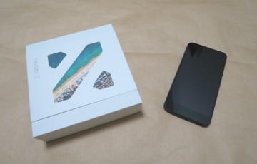 Google Nexus 5X(LG-H791)のパッケージと本体を並べた様子