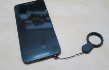 Nexus 5XにPLUGGY LOCKとストラップを取り付けた様子