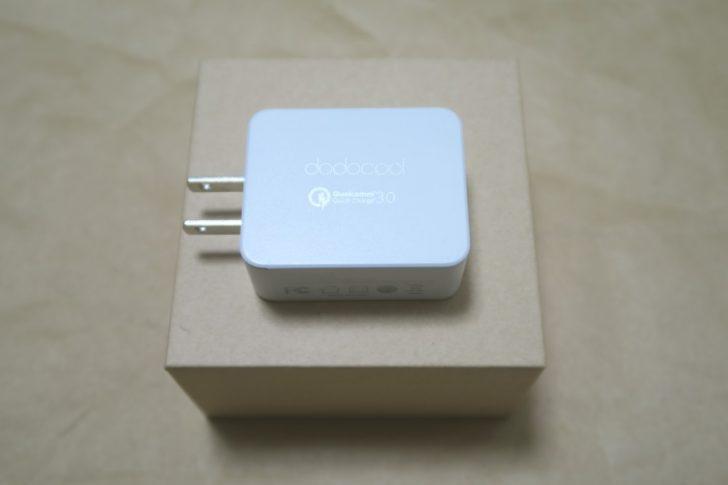 dodocool USB高速充電器(DA56)のパッケージの上に本体を載せた様子