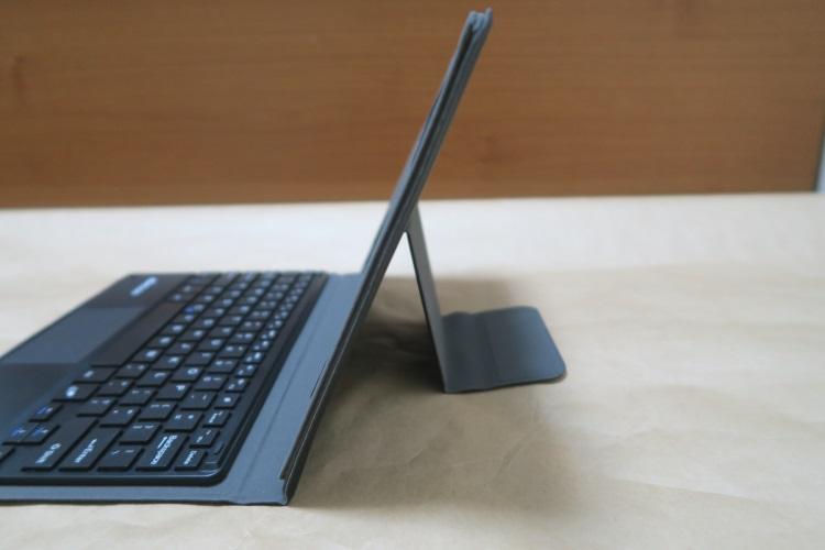 KKmoon 81キー Bluetoothキーボードのタブレット設置面を自立させた様子