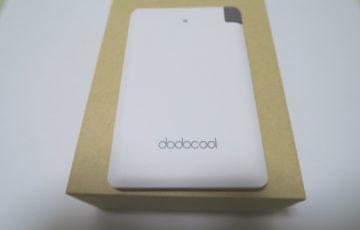 モバイルバッテリー dodocool DP-08のパッケージに本体を載せた様子