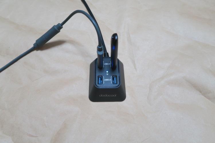 USB3.0対応 4ポートハブ dodocool DC02にUSB機器を接続した様子