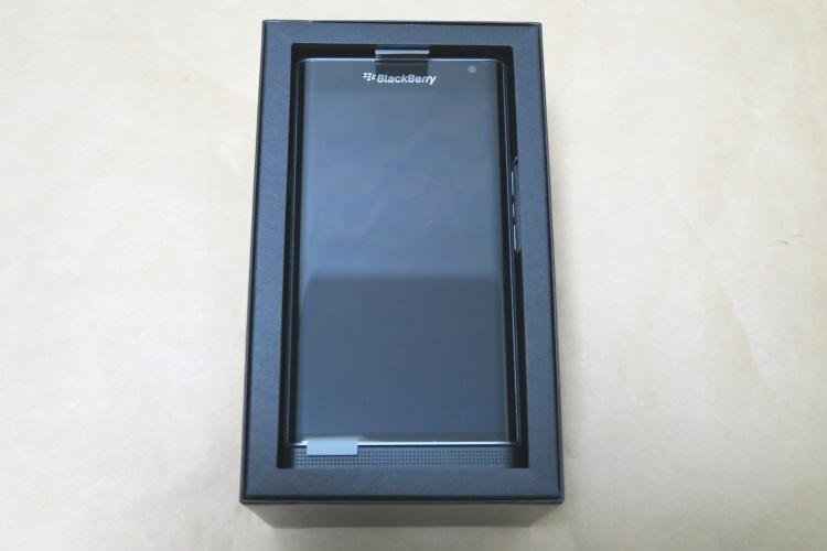BlackBerry Priv STV100-3のパッケージを開けた様子