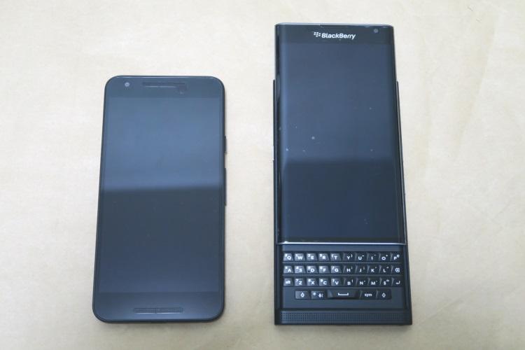 NEXUS 5XとBlackBerry Priv STV100-3(キーボード展開時)を並べた様子