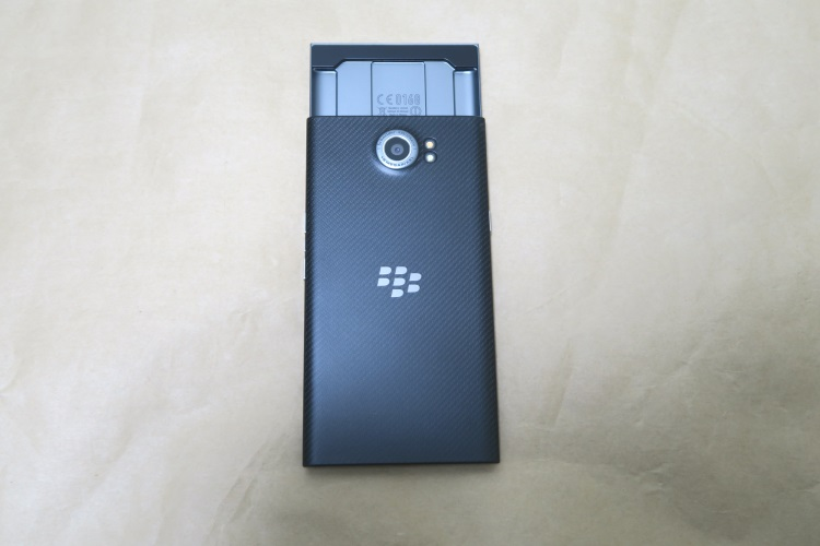 BlackBerry Priv STV100-3の本体背面(キーボード展開時)