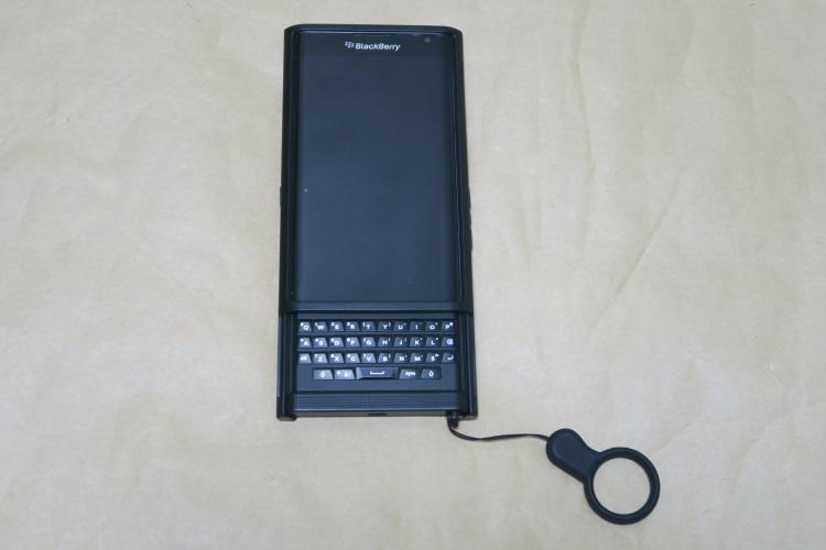 BlackBerry Priv純正ケース Slide-Out Hard ShellをPriv本体に取り付けた様子(キーボード展開状態)
