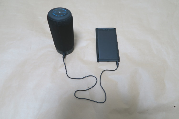 SoundPEATS P4とスマホを有線接続した様子