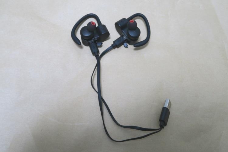 SoundPEATS Q16に充電用USBケーブルを接続した様子