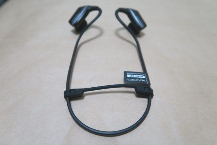 SoundPEATS Q25にケーブル調整用クリップを取り付けた様子