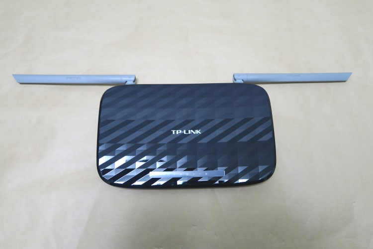 TP-Link Archer C20のアンテナを横に倒した様子