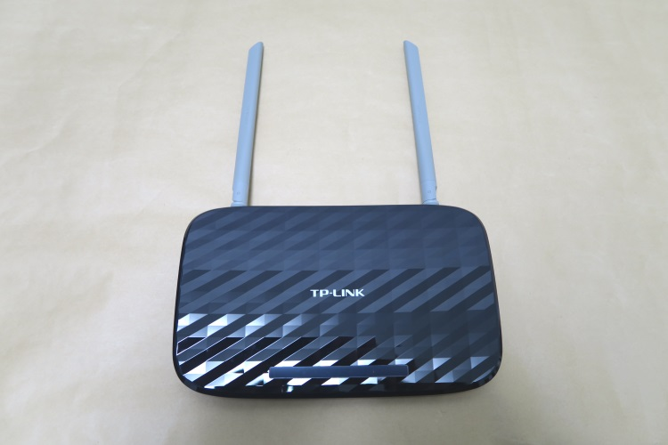 TP-Link Archer C20のアンテナを後ろに倒した様子