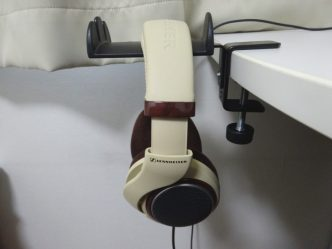K&M 16090 ヘッドホンホルダーにヘッドホンを掛けた様子(真横)
