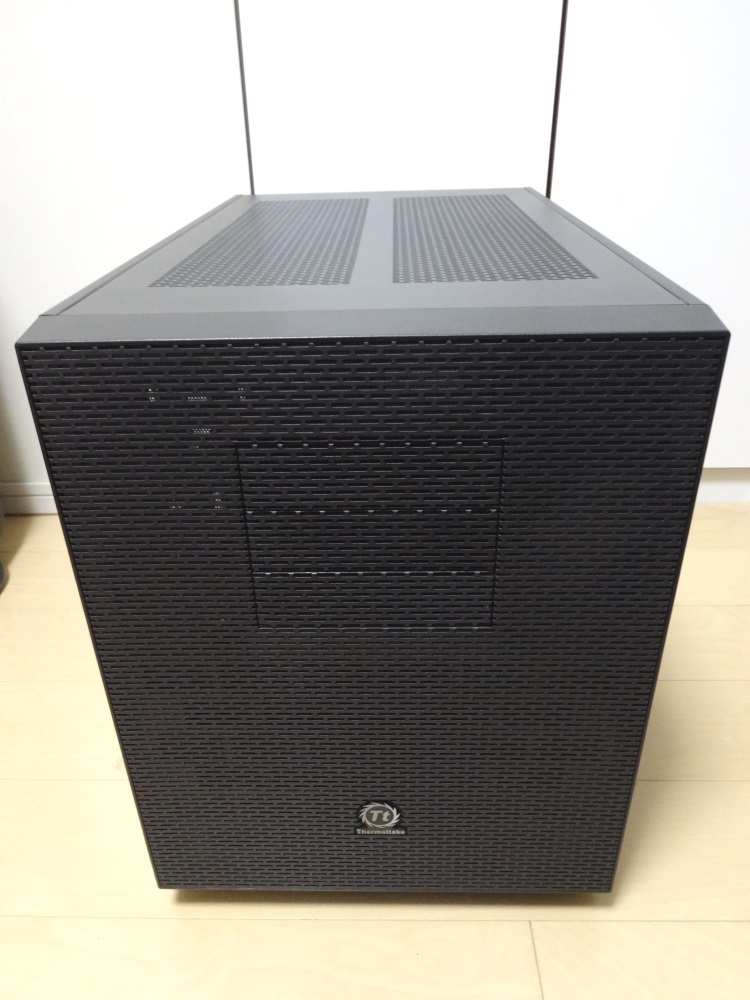 Thermaltake Core X9正面