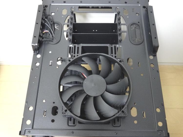 Thermaltake Core X9のフロントパネルを外した様子