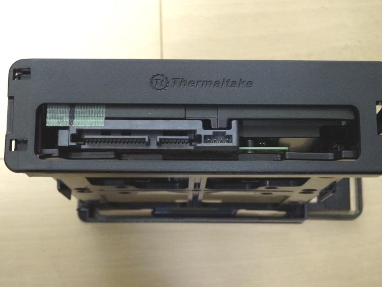 Thermaltake Core X9のケージにHDDを取り付けた様子