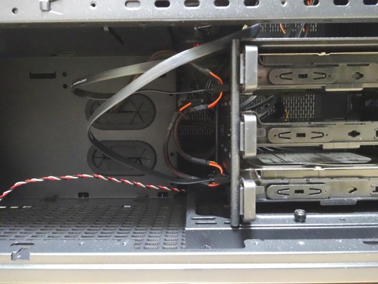 Thermaltake Core X9のHDDケージ(ケーブル接続後)