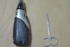 Panasonic ER-GN50-Hと鼻毛用ハサミを並べた様子