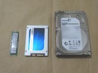 M.2 SSD、2.5インチSSD、3.5インチHDDを並べた様子