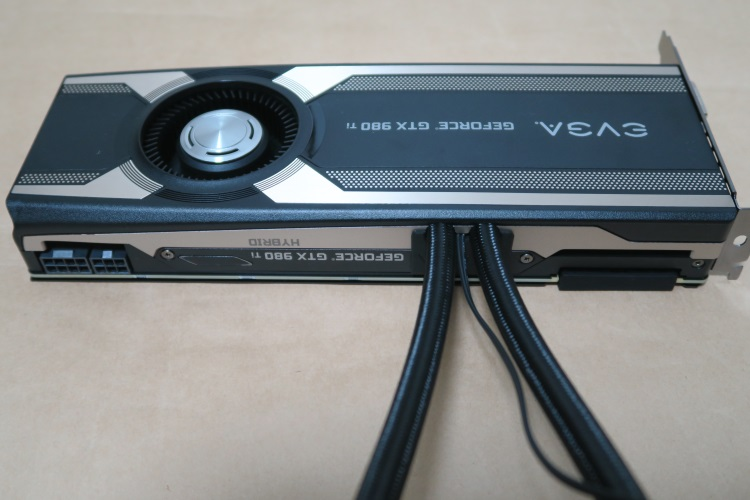 EVGA GeForce GTX 980 Ti HYBRID GAMING本体(上面)