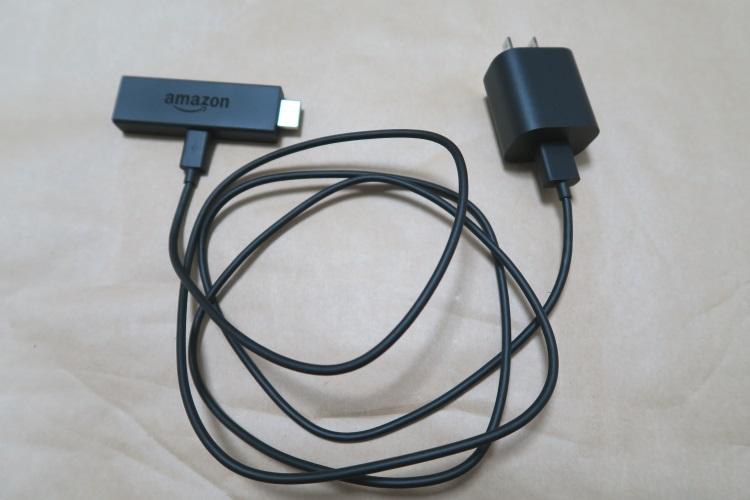 amazon Fire TV Stick本体にUSBケーブルと電源アダプタを接続した様子