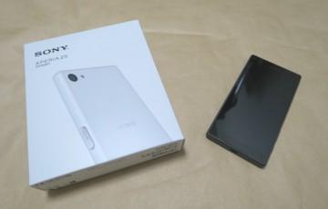 Sony Xperia Z5 Compact E5823のパッケージと本体を並べた様子