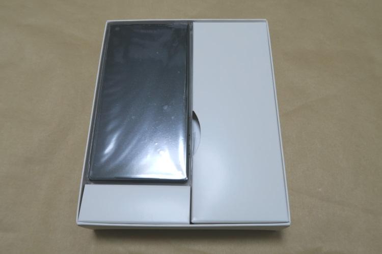 Sony Xperia Z5 Compact E5823のパッケージを開けた様子