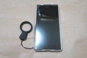 Sony Xperia Z5 Compact E5823にケースとストラップを取り付けた様子