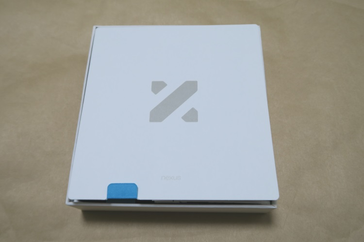 Google Nexus 5X(LG-H791)のパッケージのフタを開けた様子