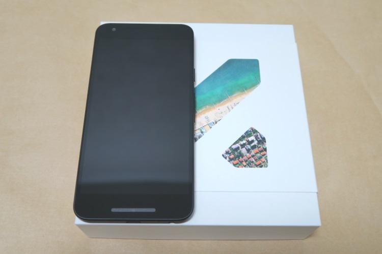 Google Nexus 5X(LG-H791)本体をパッケージに載せた様子