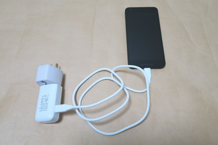 Google Nexus 5X(LG-H791)本体にUSBケーブルと充電器、変換アダプタを接続した様子