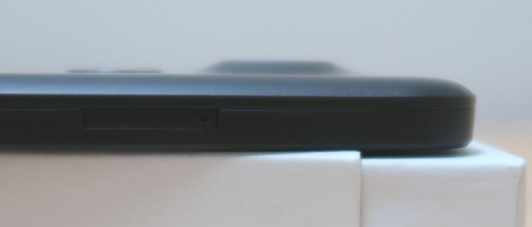 Google Nexus 5X(LG-H791)本体裏面のカメラの出っ張りを横から撮った様子