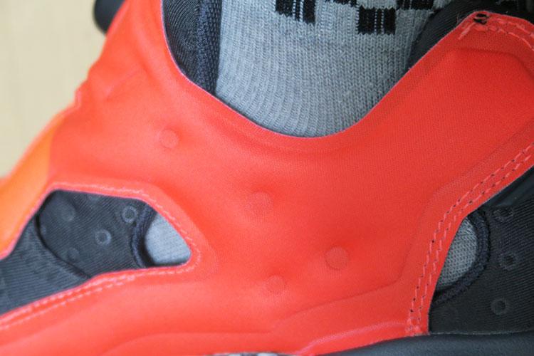 Reebok CLASSIC INSTA PUMP FURY ASYM右足内側の隙間を写した様子