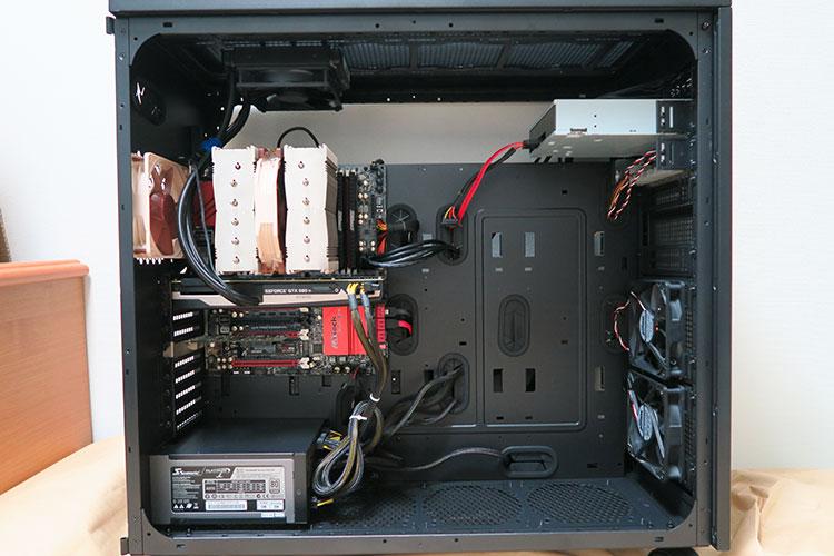 Thermaltake Core W100にPCパーツを組み込んだ様子