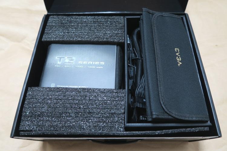 EVGA SuperNOVA 1000 T2のパッケージを開けた様子