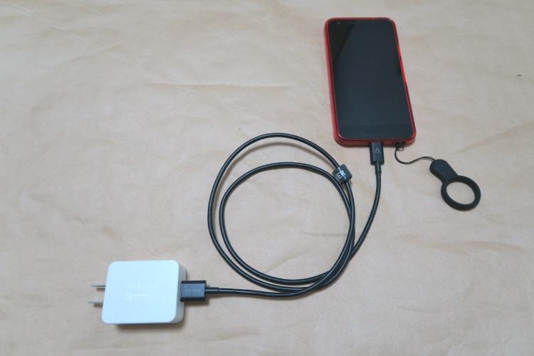 dodocool USB高速充電器(DA56)とスマートフォンをケーブルで接続した様子