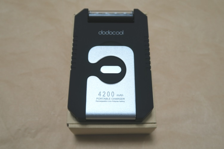 ソーラーバッテリーチャージャー dodocool DA68本体をパッケージの上に載せた様子