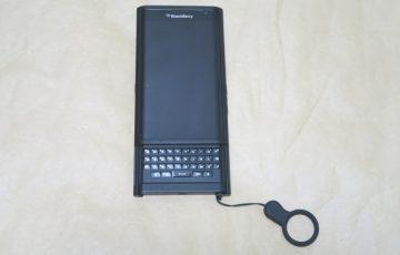 BlackBerry Priv STV100-3本体に純正ケースを取り付けた様子