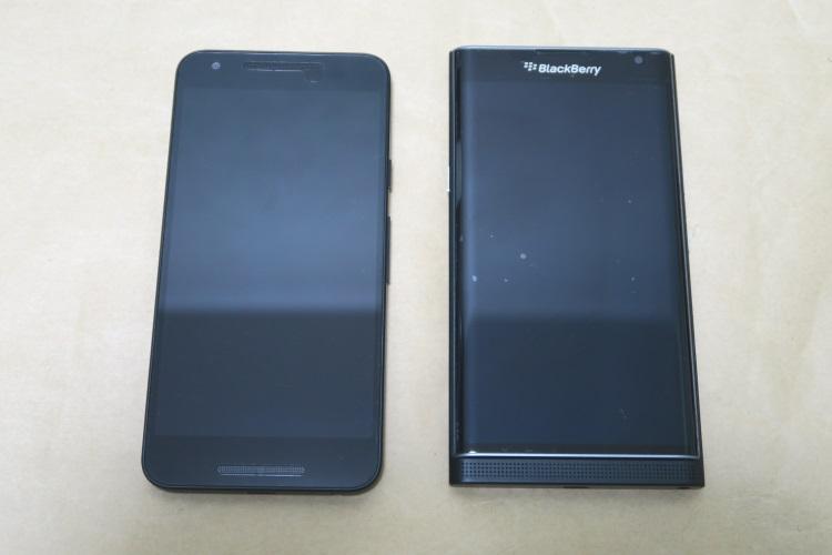 NEXUS 5XとBlackBerry Priv STV100-3を並べた様子