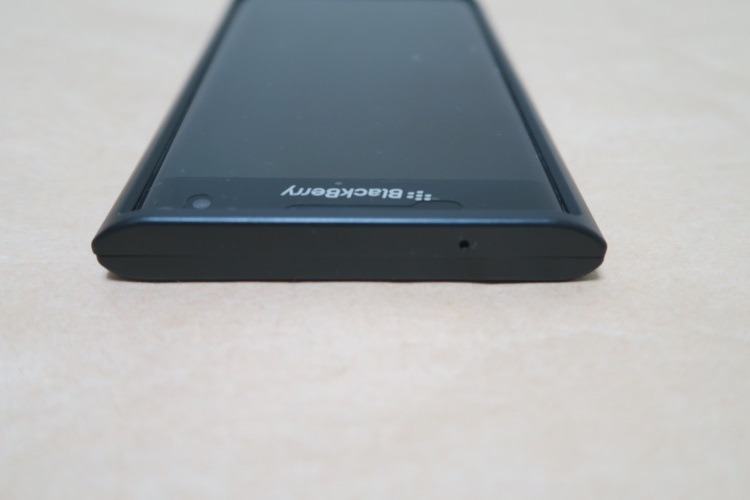 BlackBerry Priv純正ケース Slide-Out Hard ShellをPriv本体に取り付けた様子(上面側)