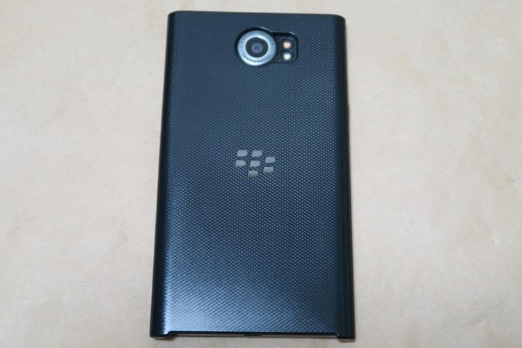 BlackBerry Priv純正ケース Slide-Out Hard ShellをPriv本体に取り付けた様子(背面側)