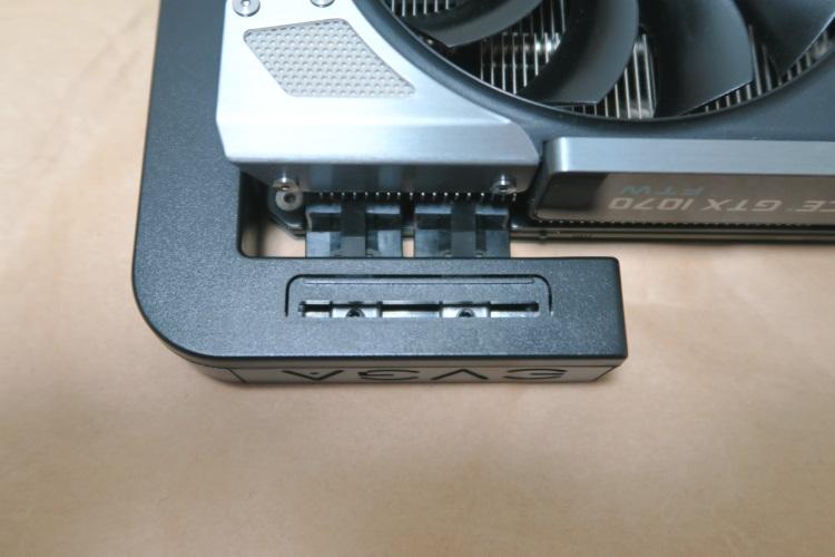 EVGA GTX 1070 FTWにPowerLinkの補助電源端子オスを合わせた様子(半挿し)