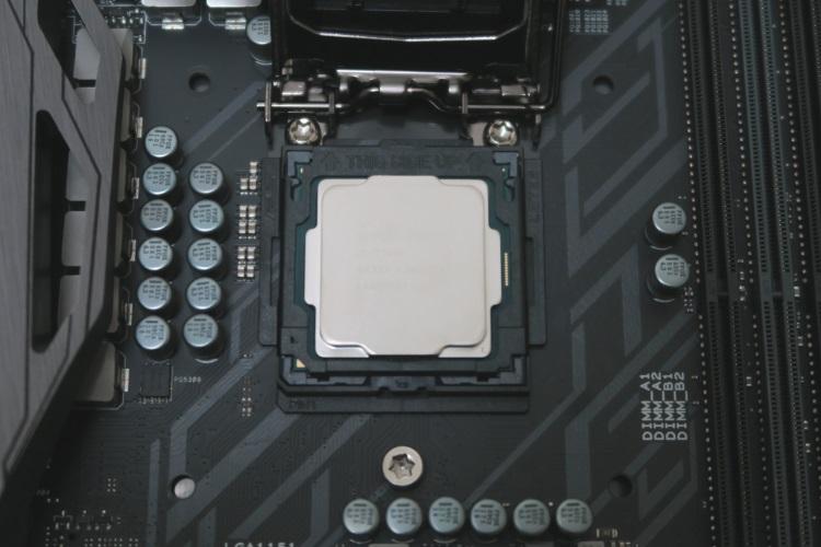CPU installation toolを使ってCPUをマザーボードに取り付けた様子