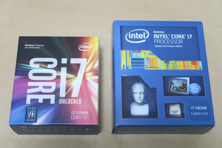 Intel Core i7 7700Kとi7 5820Kのパッケージを並べた様子
