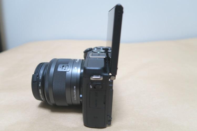 Canon EOS M3の液晶を上げた様子