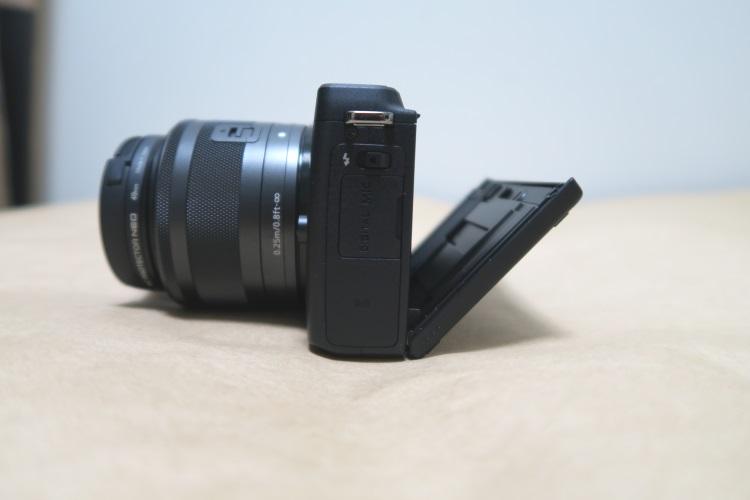 Canon EOS M3の液晶を下げた様子