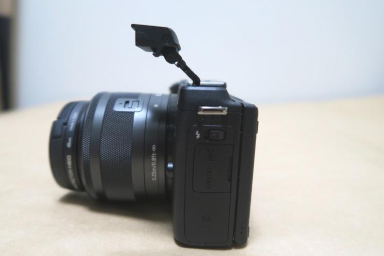 Canon EOS M3のストロボを上げた様子(本体側面)