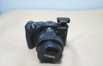 Canon EOS M3のストロボを上げた様子(本体正面)