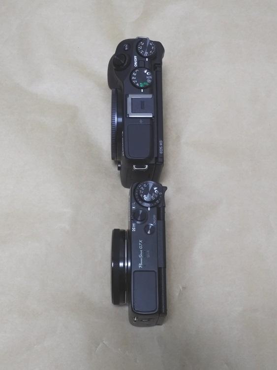 EOS M3(レンズなし)とG7Xの厚みを比べた様子