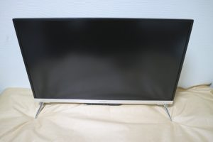 JAPANNEXT JN-IPS320UHD本体に台座を取り付けた様子